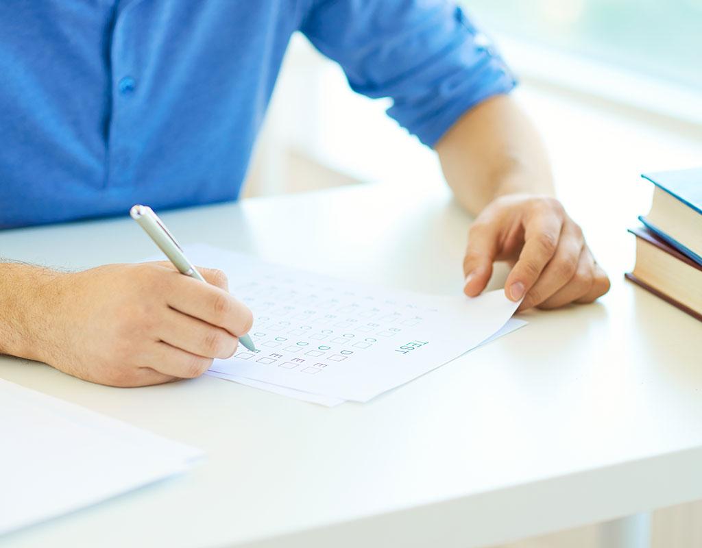 Jeune homme qui passe un test mathématique